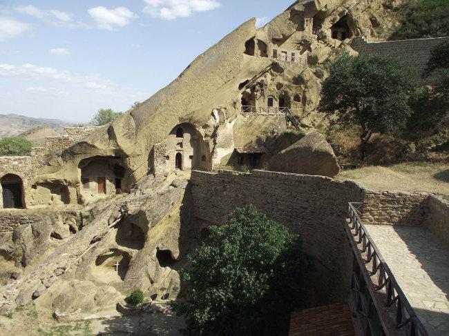 Монастырь находится практически на границе с Азербайджаном