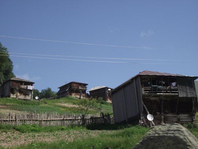 Это жильё, наверное, используется летом, когда скот перегоняют в горы